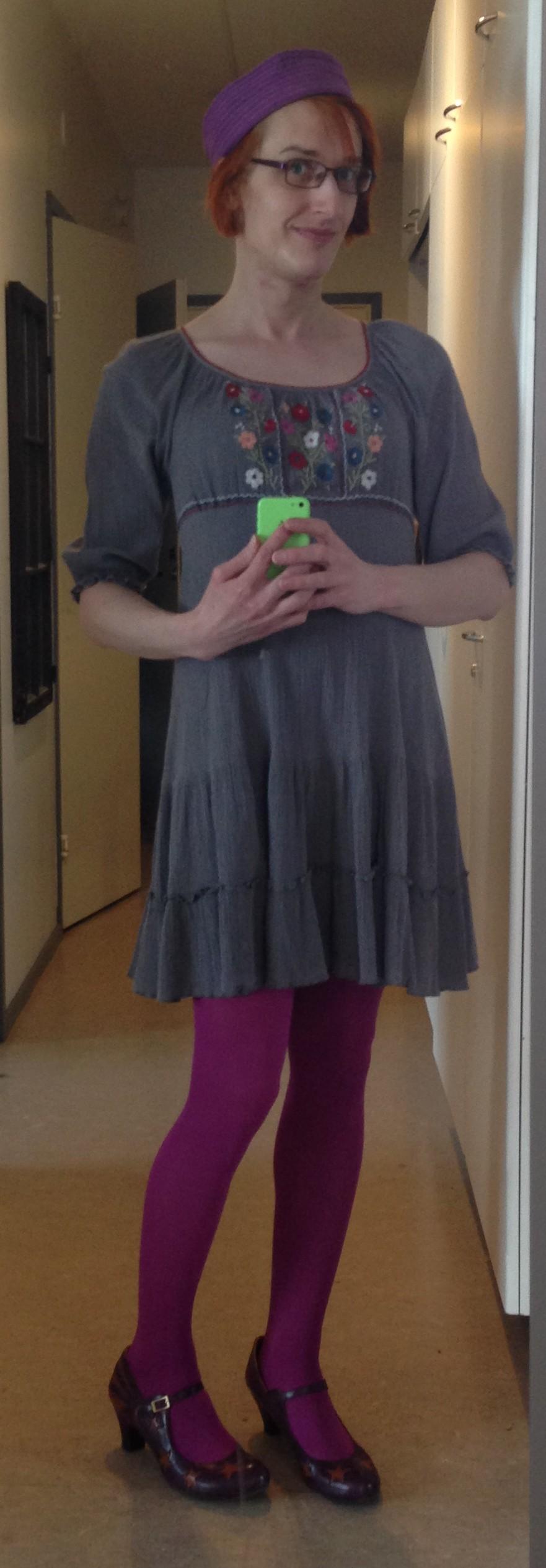 minkä väriset sukkahousut mustan mekon kanssa Kerava