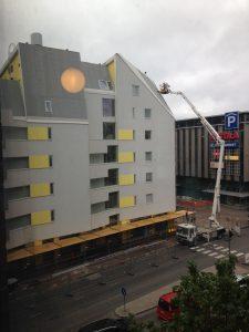 Uusi autoton asuintalo naapurissamme Satakunnankatu 21:ssä. Ja kattoa ollaan heti korjaamassa.